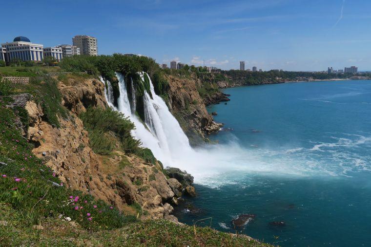 Der Düden Wasserfall macht den Lara Beach in Antalya zu einem besonderen Badeplatz.