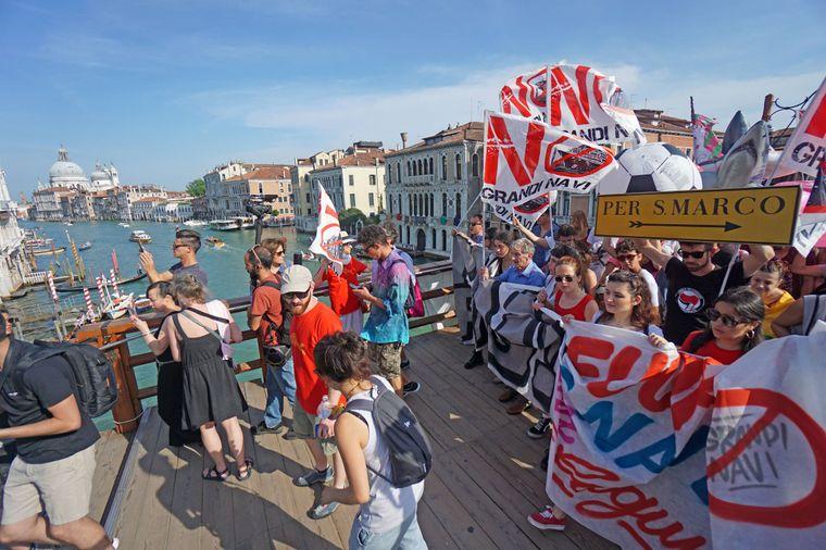 Die Demonstranten fordern die Verbannung großer Kreuzfahrtschiffe aus der Lagunenstadt.