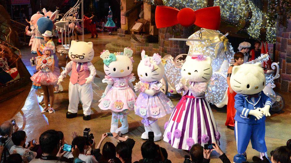 """Hello-Kitty-Figuren tanzen auf einer Bühne im Themenpark """"Sanrio Puroland"""" in Tokio."""