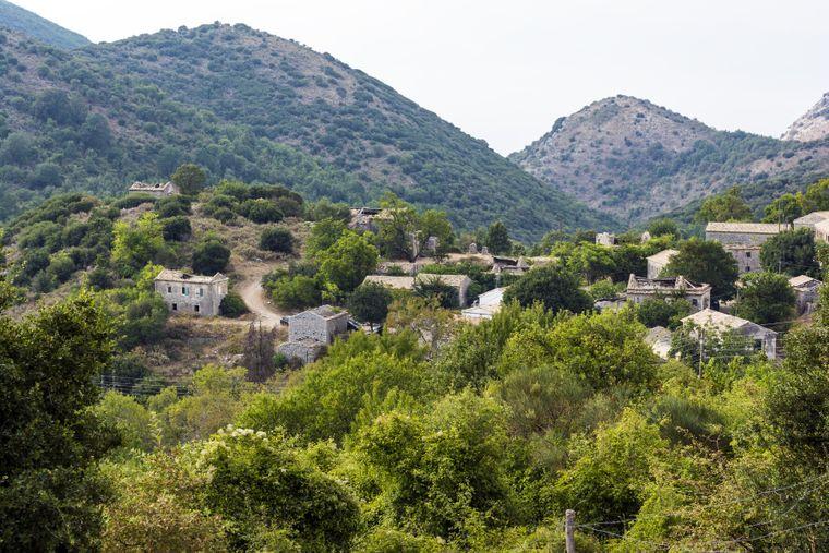 Mitten im Herzen der Insel liegt ein verlassenes Dorf mit alten Steinhäusern.