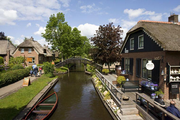 Giethoorn in den Niederlanden wird auch Venedig des Nordens genannt.