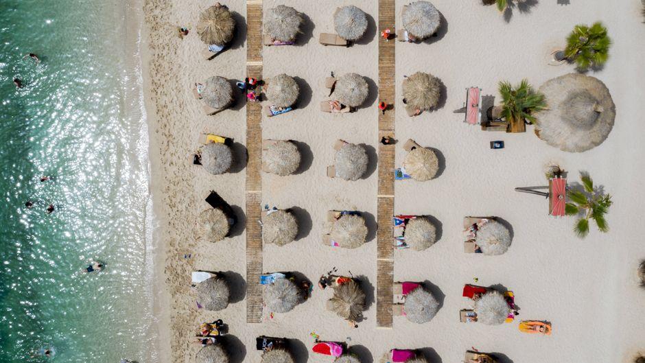 Sonnenschirme dürfen in Griechenland nur in einem bestimmten Abstand zueinander stehen.