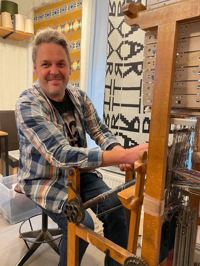 Vladas Daskevicius fertigt in seinem Atelier im Glasviertel Webarbeiten im traditionellen Stil an.
