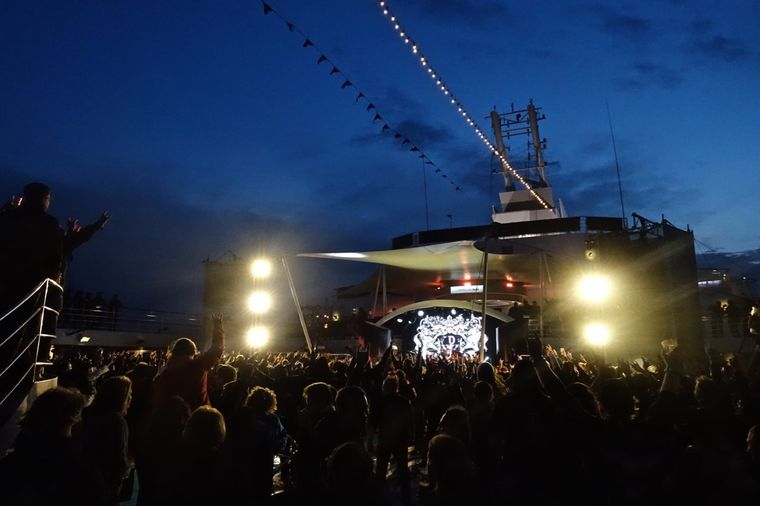 Ab geht's: Laute Gitarren und grelles Licht auf der Bühne am Pool.