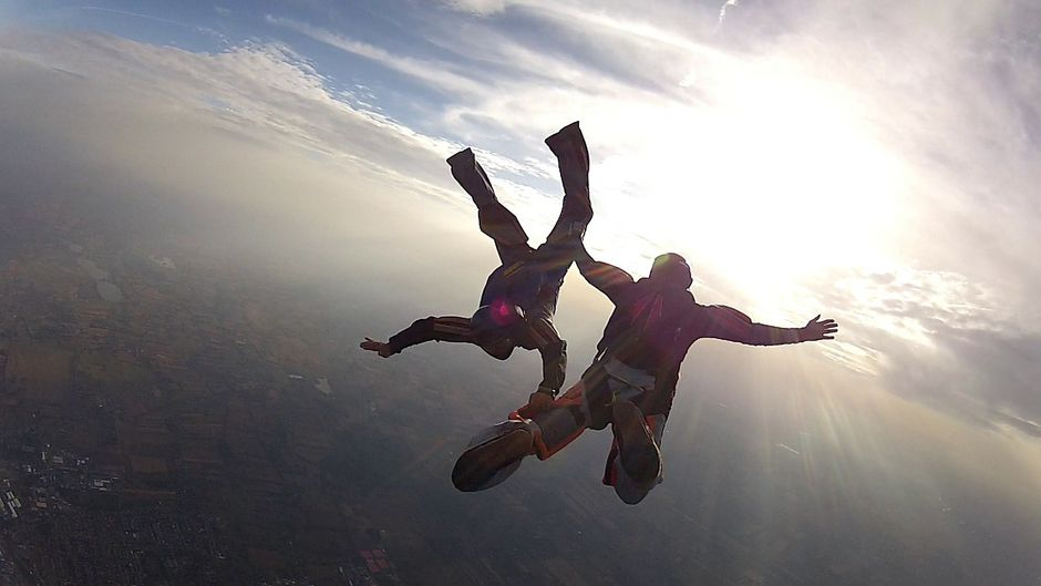 Ein Fallschirmsprung ist ein extremes Abenteuer. Du kannst dieses Erlebnis mit deinem Urlaub an der Ostsee verbinden.