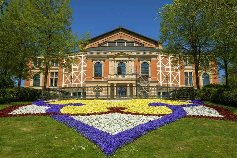 Bunte Blumen vor dem Bayreuther Festspielhaus.