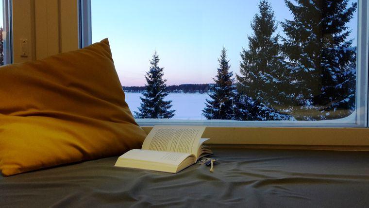 Im warmen Haus wartet es sich gut auf die Nordlichter, die sich auch in der Region Kainuu jederzeit am Himmel zeigen könnten.