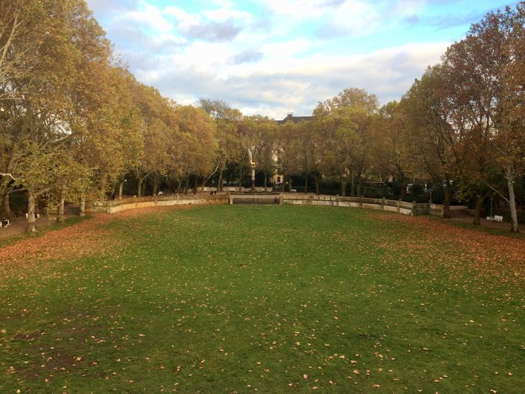 Der Hirschbrunnen im Rudolph-Wilde-Park, der im Osten an den Volkspark Wilmersdorf angrenzt, ist dem Wappentier von Schöneberg gewidmet.