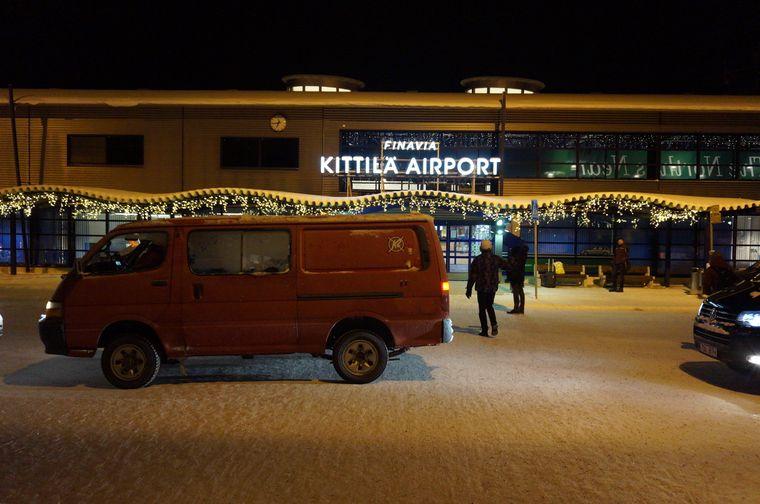 Verschneiter Flughafen Kittilä in Finnland.