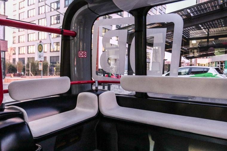 """Spartanisch ist die Inneneinrichtung von """"Olli"""": Die Fahrgäste nehmen auf Bänken aus Plastik Platz, die übers Eck angeordnet sind."""