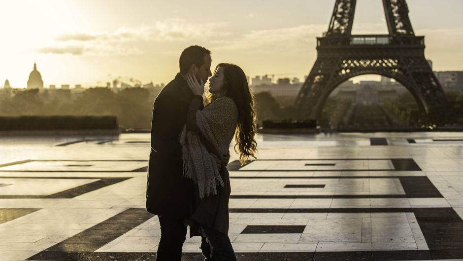 Pärchen vor dem Eiffelturm.