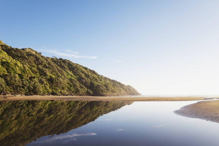 Lagune und Sandstrand vor dem Südpazifik