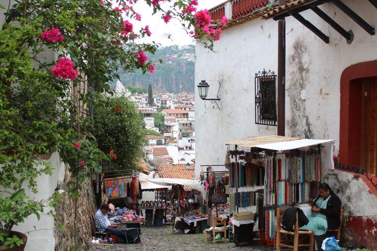 Die weiß-roten Häuser der weltberühmten Silberstadt wurden auf einem steilen Berghang erbaut.