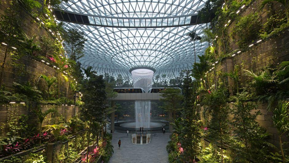 Das neue Highlight am Flughafen Changi heißt Jewel, dort gibt es einen Indoor-Park samt Wasserfall.
