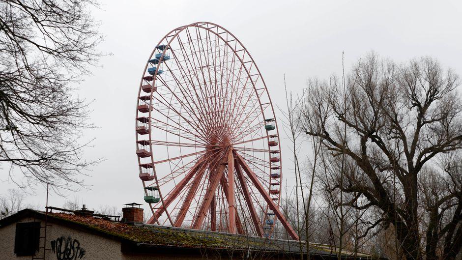 Die Demontage in Berlins verlassenem Freizeitpark hat begonnen: Die ersten Gondeln wurden bereits entfernt.