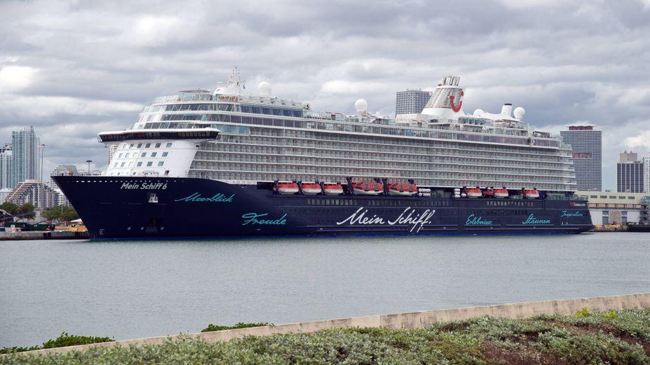 """Die """"Mein Schiff 6"""" im Hafen von Miami. In Zukunft soll auf den Schiffen von Tui Cruises das Plastik reduziert werden."""