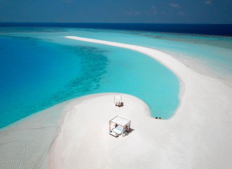 Himmelbett und Dinner auf einer einsamen Insel in den Malediven, Milaidhoo Island Maldives.
