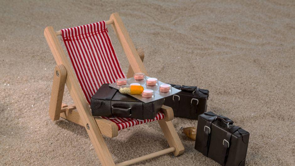 Die Reiseapotheke sollte ein paar grundlegende Medikamente enthalten. (Symbolbild)