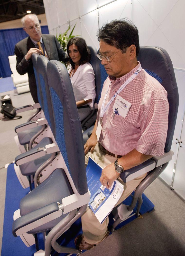 """Schon 2010 präsentierte Aviointeriors eine erste Version des Skyriders auf der  Aircraft Interiors Expo in den USA. Die """"Teststeher"""" sahen wenig glücklich aus."""