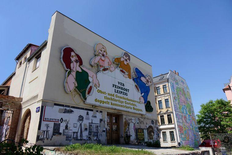 Die Löffelfamilie am Leipziger Feinkost, einem ehemaligen Fabrik-Gebäude, in dem jetzt Kunst und Kultur stattfinden.