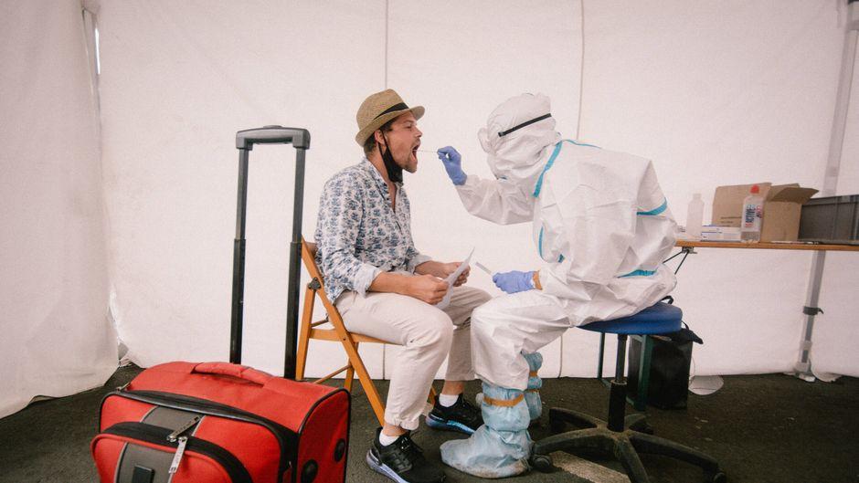 Nach der Reise zum Test: Urlauber, die aus Risikogebieten zurückkehren, müssen sich künftig auf Corona testen lassen.