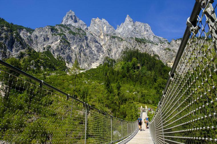Die Hängebrücke vor den Mühlsturzhörnern im Klausbachtal – mit tollem Alpenpanorama.