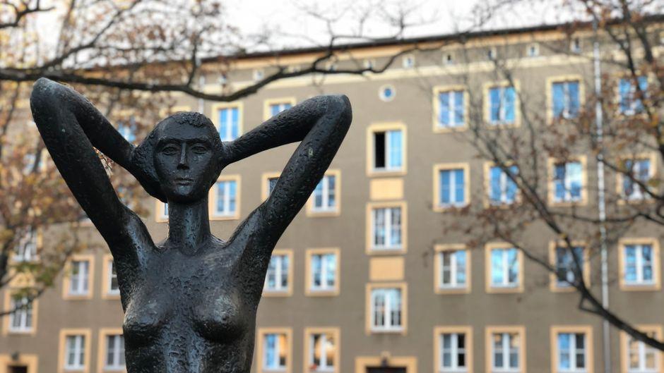 Plastik einer nackten Frau im Wohnkomplex I, Eisenhüttenstadt.