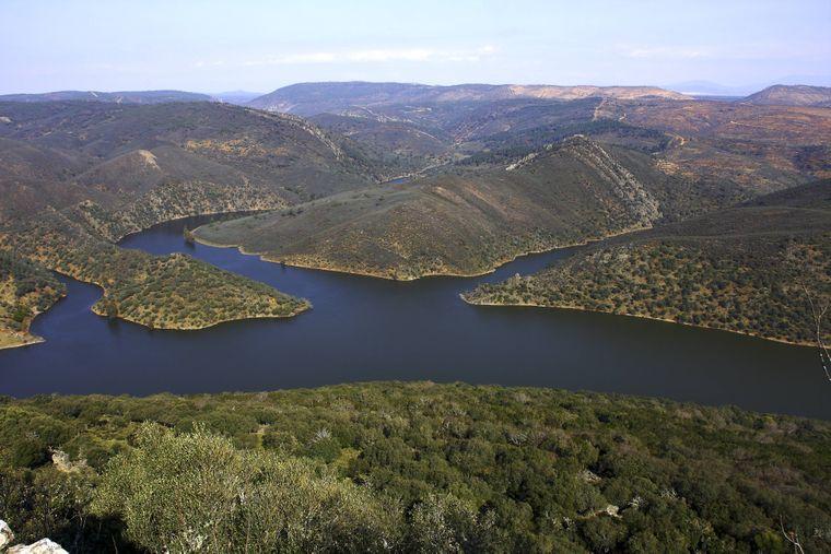 Blick vom Castello Monfrague auf den Rio Tajo im Nationalpark Monfrague in der Region Exdremadura.