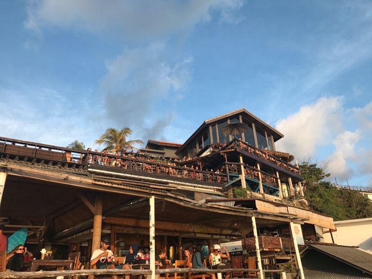 """Das """"Single Fin"""" ist die wohl berühmteste Bar auf Bali – hier hast du den besten Blick auf den Surfspot von Uluwatu."""