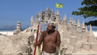 Marcio (44) ist der König seiner eigenen Burg – einer Sandburg am Strand von Rio de Janeiro.