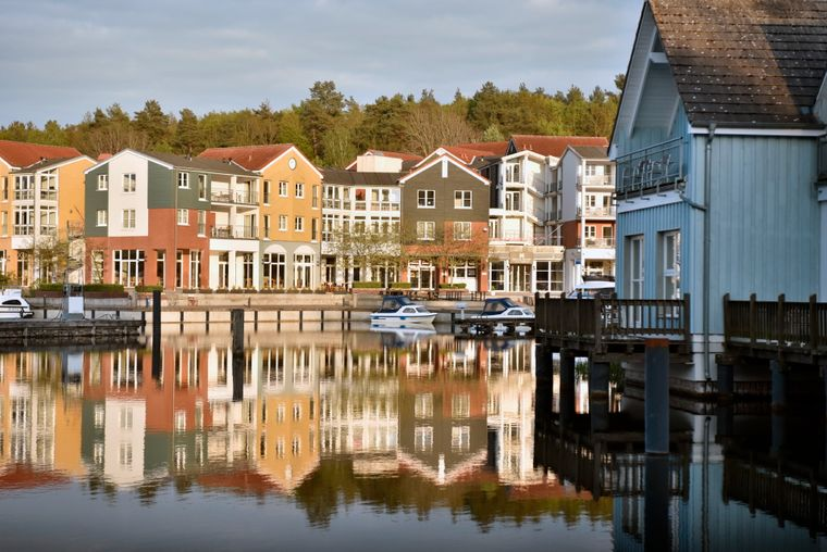 Bunte Häuser direkt am Wasser