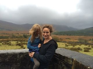 Jeanette Hain mit Kind in Irland.