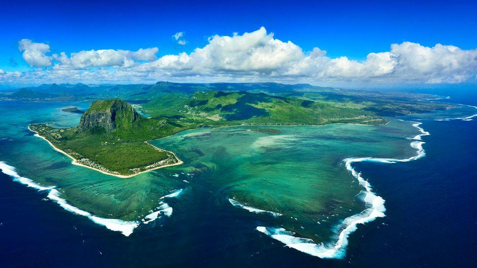 Trauminsel Mauritius – am Südwestzipfel ragt Le Morne Brabant 556 Meter in den Himmel, in der Ferne ist die Bucht von Bel Ombre zu sehen.