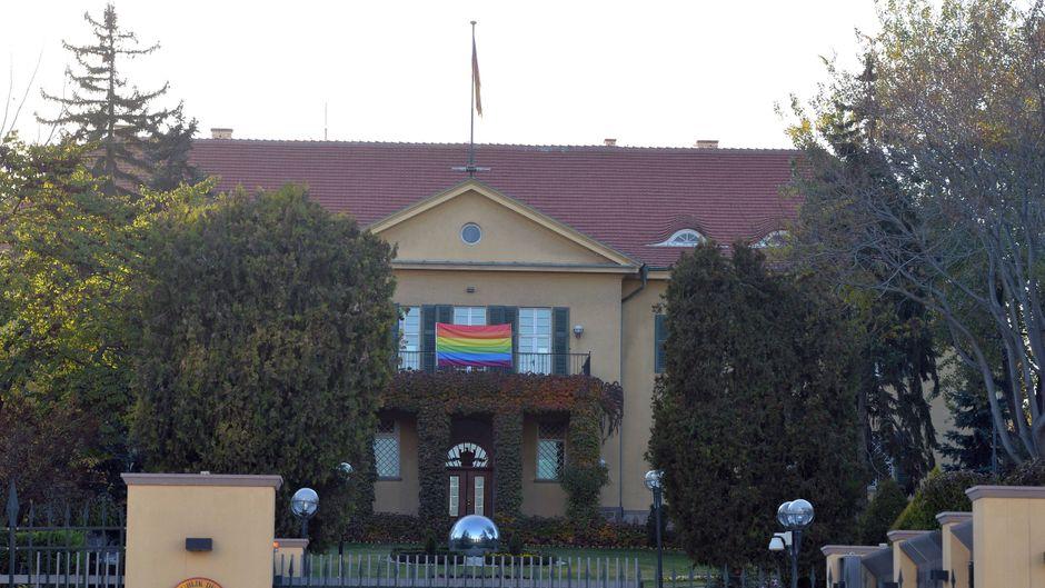 An der deutschen Botschaft in Ankara (Türkei) wurde inzwischen eine Regenbogenflagge gehisst.