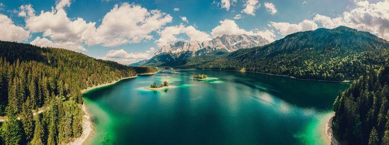 Luftaufnahmen des bayrischen EIbsee zu Füßen der Zugspitze Eibsee