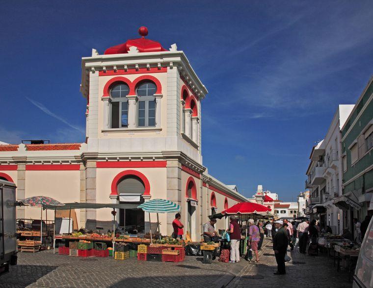 Samstags strömen Tausende Einheimische und Touristen in die Markthalle in Loulé.
