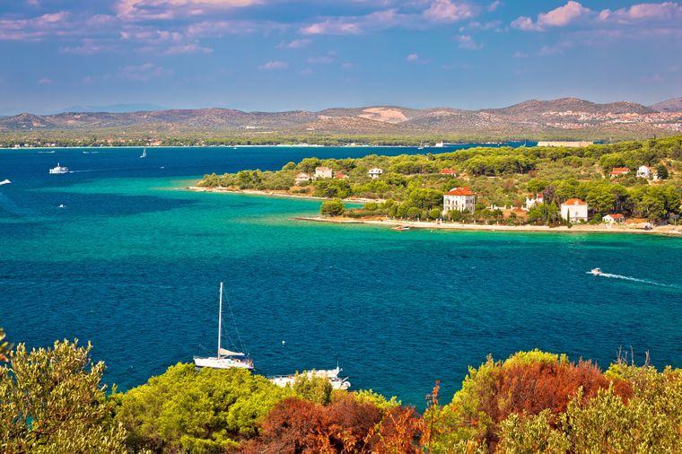 Die Insel Zlarin trägt gleich mehrere Beinamen: Sie wird auch Grüne Insel, Goldinsel oder Koralleninsel genannt.