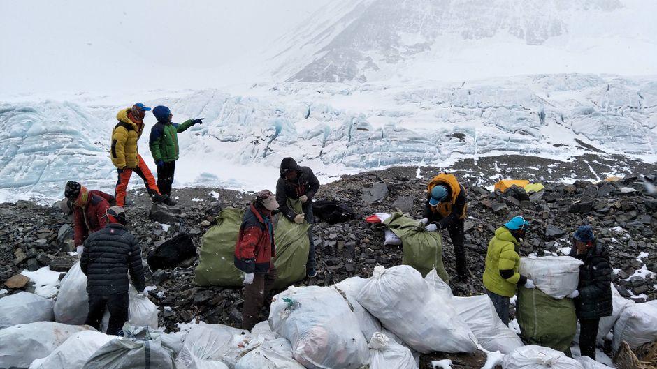 Helfer sammeln Müll am Mount Everest. (Archivbild)