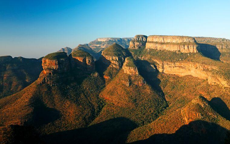 Südafrika ist eines der klassischen Safari-Ziele in Afrika – Anlaufpunkt ist oft der Krüger-Nationalpark. Das Land besticht aber auch durch schroffe Landschaften am Kap der Guten Hoffnung, Wälder und Lagunen entlang der Garden Route und quirligem Leben in Kapstadt.