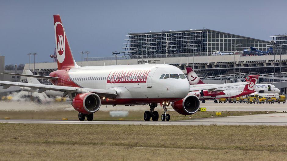 Ein Laudamotion-Flieger startet in Stuttgart. Die Fluggesellschaft fliegt verschiedene Ziele an.