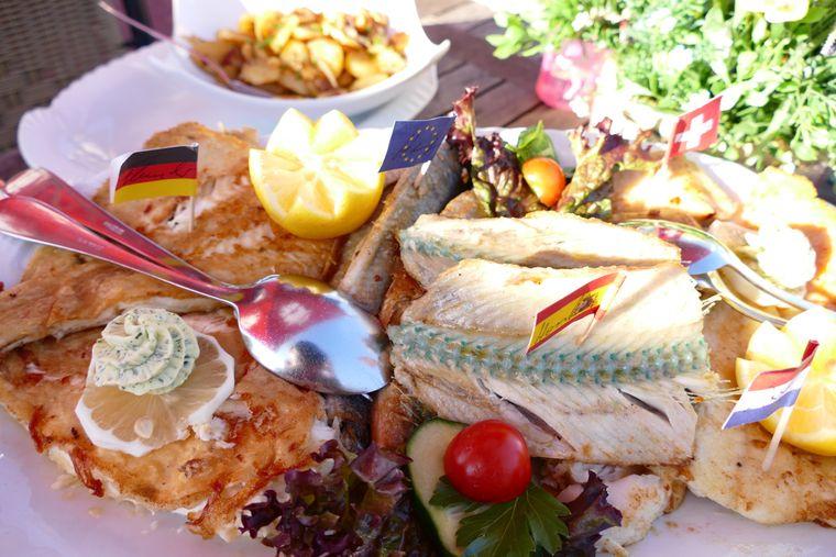 Sechs Fischsorten aus der Ostsee – die üppige Fischplatte für zwei Personen ist ein kulinarisches Lehrstück