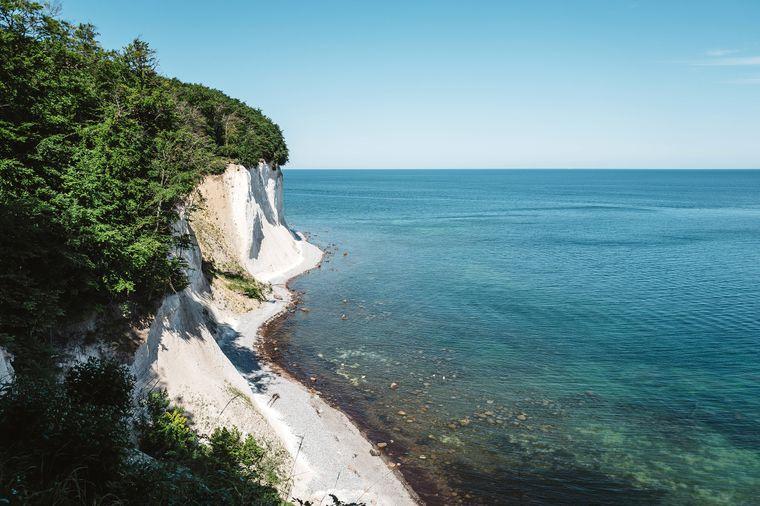 Blick auf die beeindruckenden Kreidefelsen an der Ostsee-Küste der Insel Rügen im Nationalpark Jasmund.