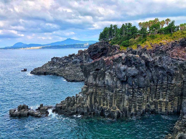 Die Jusangjeolli-Klippen bestehen aus hexagonal oder kubisch geformten Steinen