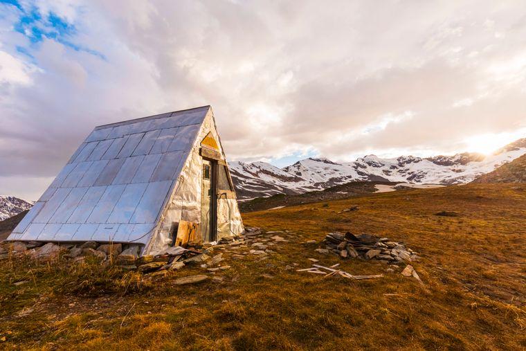 Alaska ist der größte US-Bundesstaat und bekannt für seine Berge und Wälder – davon umgeben, kannst du kostenlos in Schnee-Hütten übernachten.