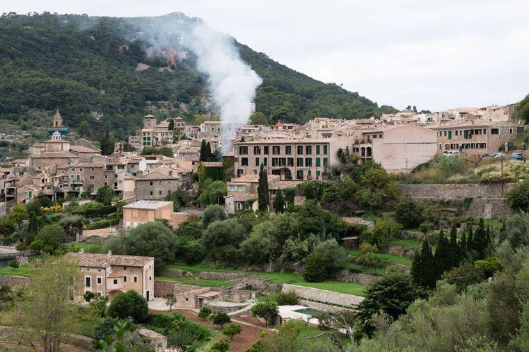 Häuser aus Stein mit Blumentöpfen im Tramuntanagebirge im Nordwesten Mallorcas.