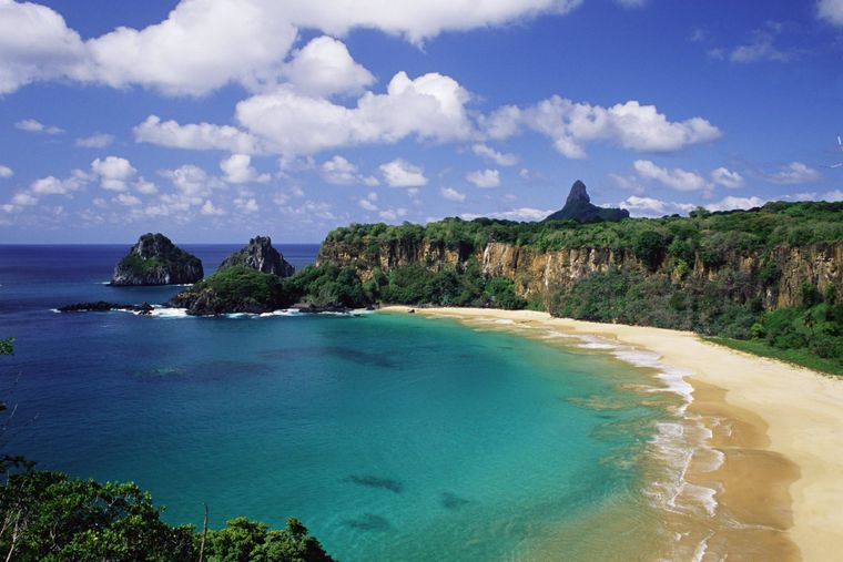 Der wohl schönste Strand der Welt liegt verborgen in einer Bucht auf der Insel Fernando de Noronha in Brasilien.