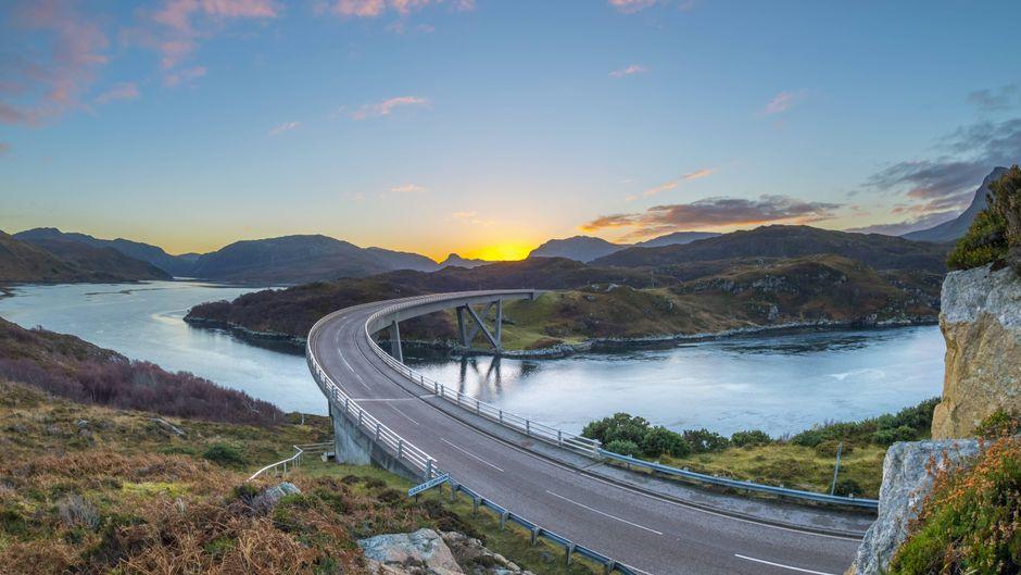 Die Kylesku-Brücke übers Loch a Chairn Bhain, North Coast 500, Schottland.