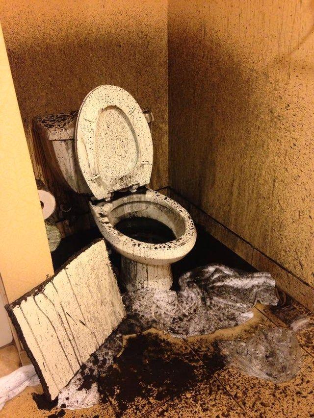 Eine verschmutzte Toilette.