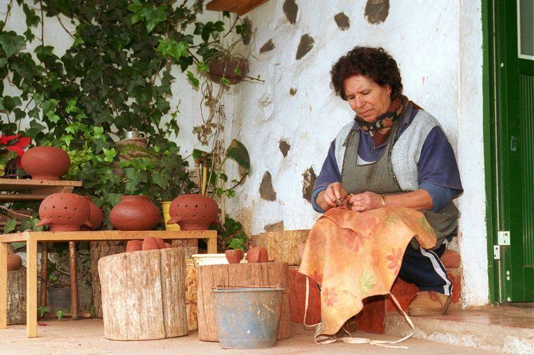 Cerámica tradicional en La Cercada en La Gomera: todavía domina el lenguaje de los silbidos.