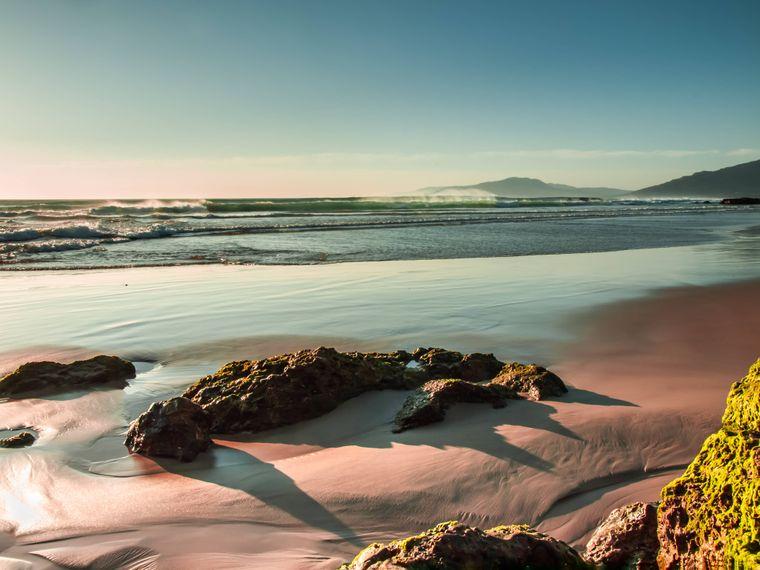 Sonnenuntergang am Strand von Tarifa im Frühling.